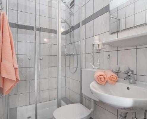 Dusche und Badezimmer des Studio-Apartments