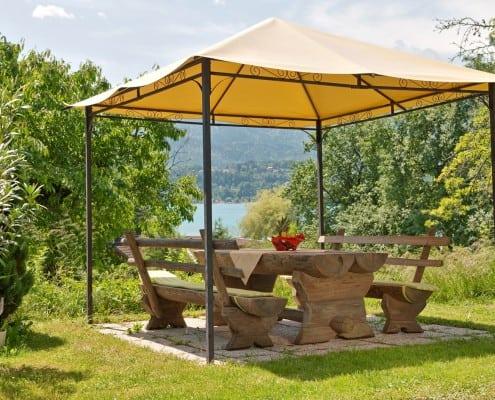 Gartenpavillon mit der Möglichkeit zum Frühstücken