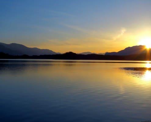 Die Sonne geht über dem Faaker See schlafen