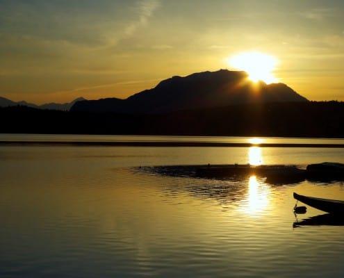 Die Sonner verwandelt den Faaker See in Gold