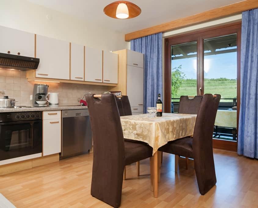 Apartment Blumenwiese Küchenzeile und Esstisch
