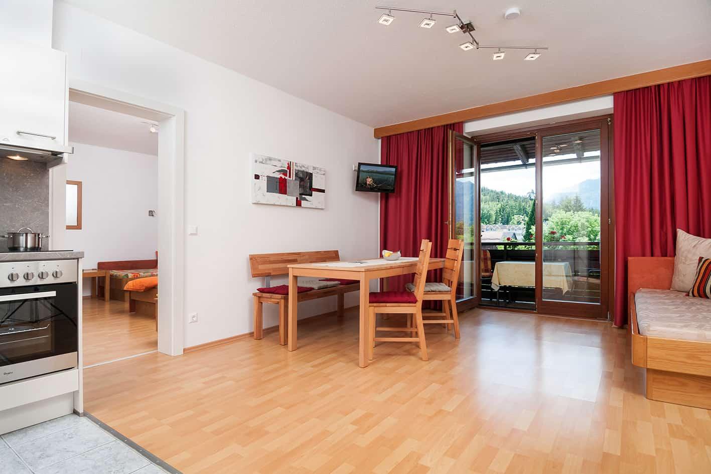 Apartment Karawankenblick Essbereich mit Balkon