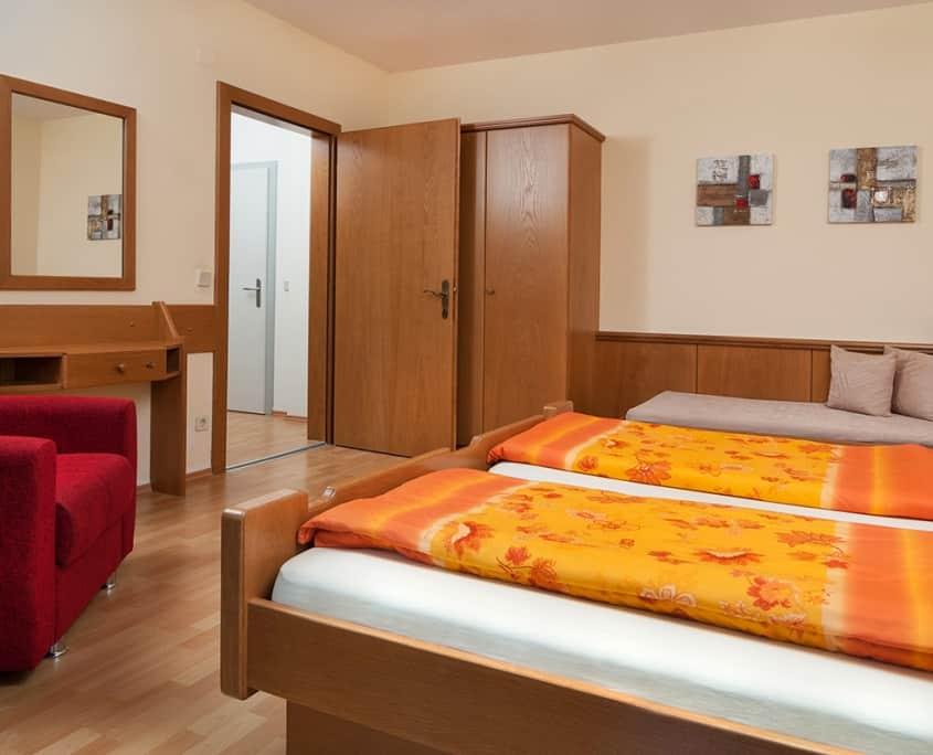 Apartment Morgensonne mit Doppelbett und Couchstuhl