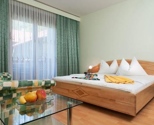 Apartment Seerose Schlafzimmer mit Doppelbett und Balkon