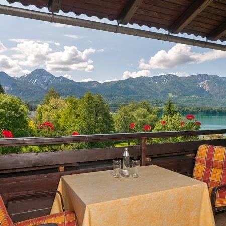 Ausblick vom Balkon eines unserer Apartments auf den See und die Karawanken mit dem Mittagskogel