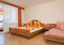 Schlafzimmer des Apartment Blumenwiese mit Doppelbett und Einzelbett