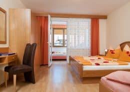 Schlafzimmer mit Doppelbett im Apartment Blumenwiese und Durchgang zum nächsten Schlafbereich