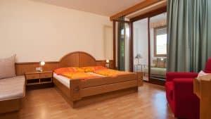 Schlafzimmer mit Doppelbett im Apartment Morgensonne