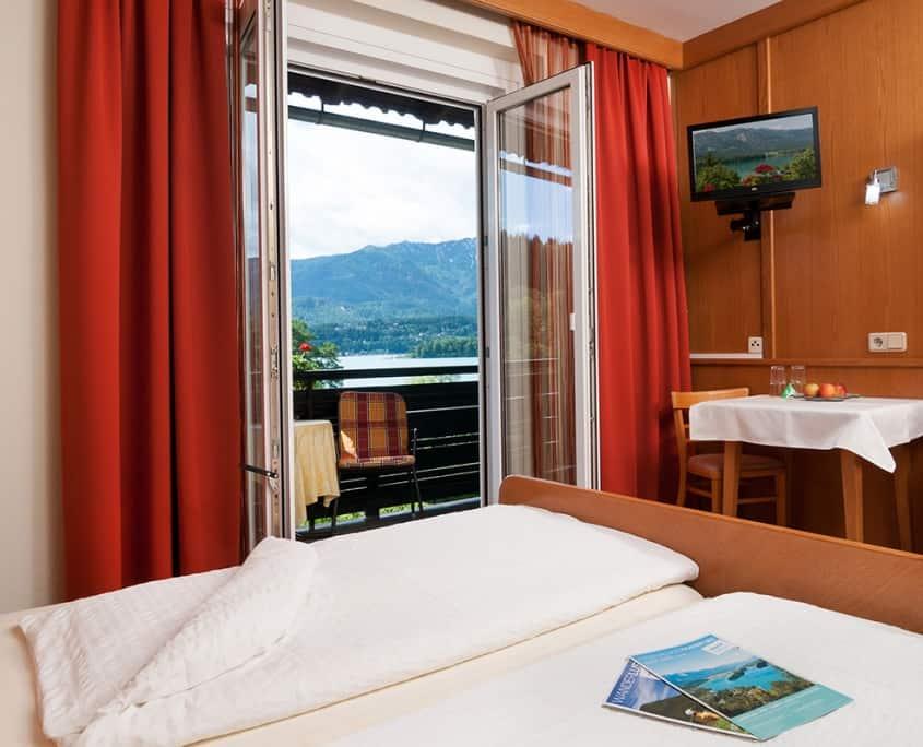 Schlafzimmer mit Balkon und Ausblick auf den See