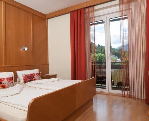 Schlafzimmer mit Balkon sowie Seeblick