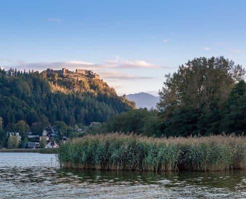 Burg Landskron vom Ossiacher See aus