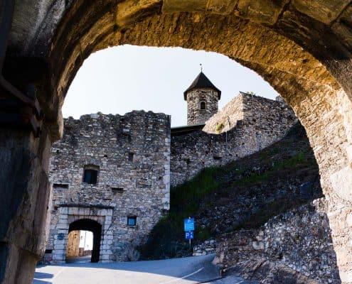 Burgruine Landskron Eingangsbereich mit steinernem Torbogen
