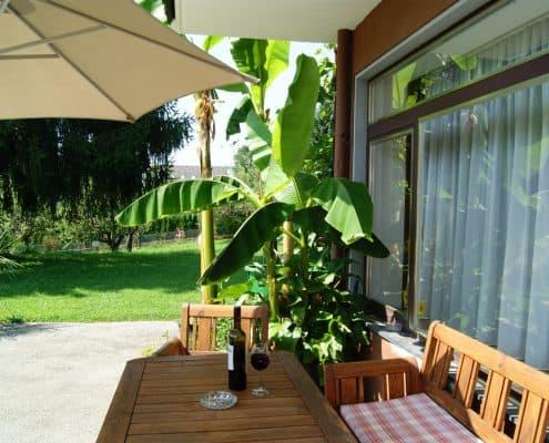 Gemütliche Terrasse und ein köstlicher Wein