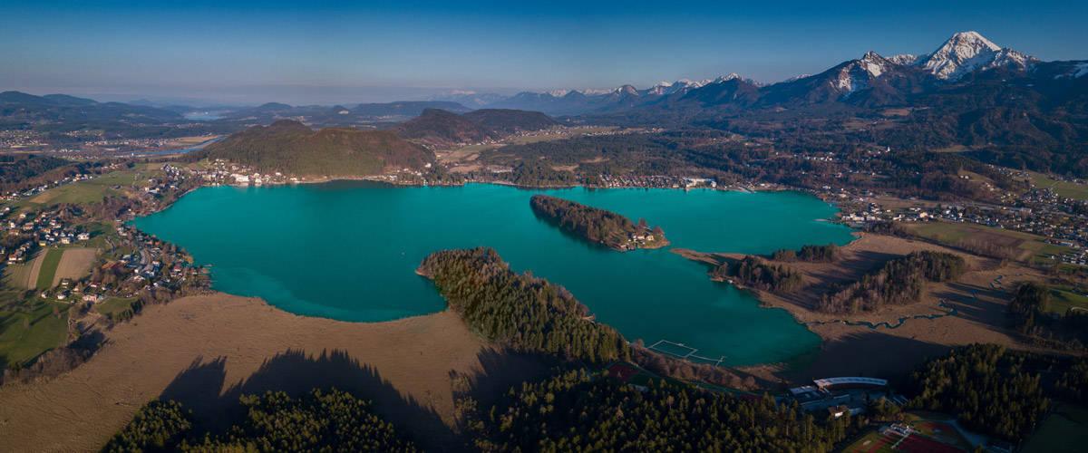 Faaker See mit Mittagskogel. Lebensfreude ist Türkis. Luftbild
